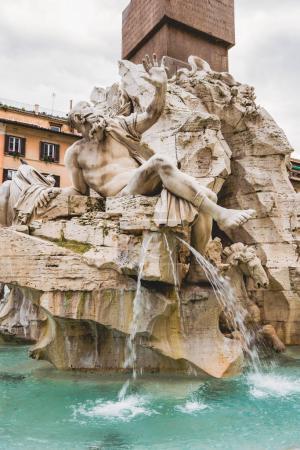 Photo pour Statues sur la fontaine des quatre fleuves à Rome, Italie - image libre de droit