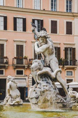 Photo pour Statues sur la fontaine de Neptune à Rome, Italie - image libre de droit