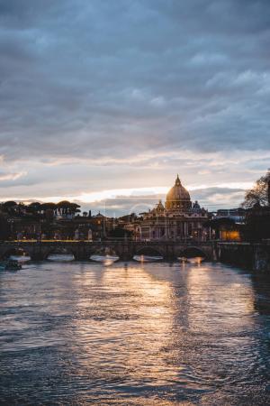 Foto de St peters basilica y tiber río durante salida del sol en Roma, Italia - Imagen libre de derechos