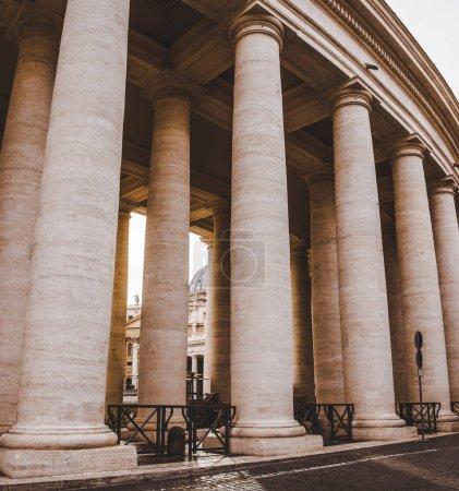 Photo pour Colonnes et entrée de la cité du Vatican, Italie - image libre de droit