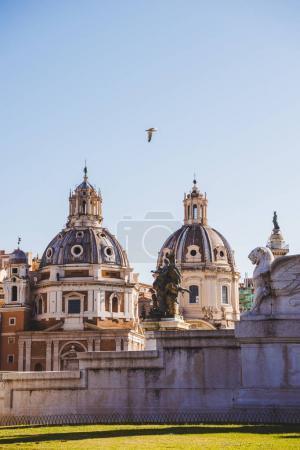 Photo pour Oiseau qui vole près d'église de Santa Maria di Loreto (St Maria de Loreto) à Rome, Italie - image libre de droit