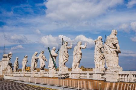 Photo pour Vue arrière des statues sur le dessus de St Peters Basilica, cité du Vatican, Italie - image libre de droit