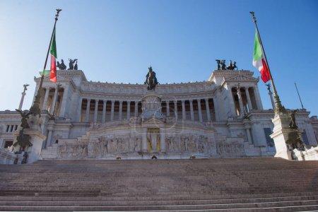 Foto de Monumento Nacional a Víctor Manuel Ii con la bandera italiana en Roma, Italia - Imagen libre de derechos