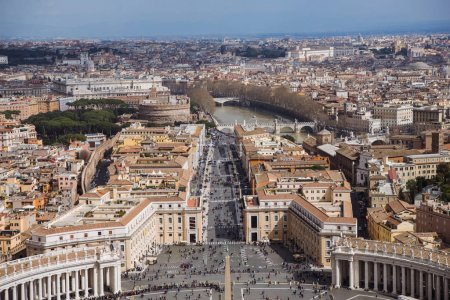 Foto de Vista aérea de Plaza San Pedro con la columnata de Bernini, Vaticano, Italia - Imagen libre de derechos