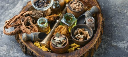 Photo pour Médecine naturelle à base de plantes sur une vieille table en bois. - image libre de droit