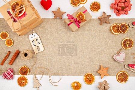 Photo pour Noël zéro déchet avec boîtes en carton artisanal, oranges séchées, décoration en bois et textile, pose plate sans plastique. Noël respectueux de l'environnement avec espace de copie - image libre de droit