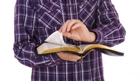 Mann mit Bibel, isoliert auf weißem Hintergrund