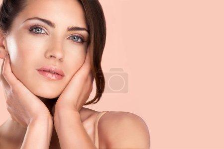 Foto de Retrato de modelo de belleza de mujer posando para el maquillaje con la piel sana - Imagen libre de derechos