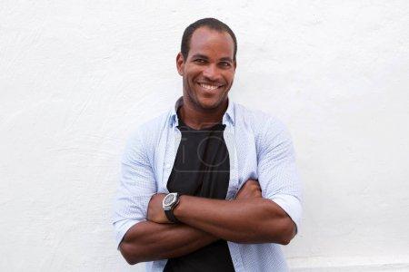 Photo pour Bouchent portrait de bel homme riant debout avec les bras croisés, isolé sur blanc - image libre de droit