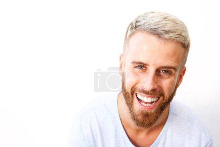 Photo pour Gros plan portrait de jeune homme barbu riant sur fond blanc - image libre de droit