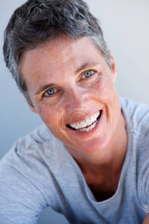 Photo pour Portrait rapproché d'une femme âgée souriante aux cheveux courts - image libre de droit