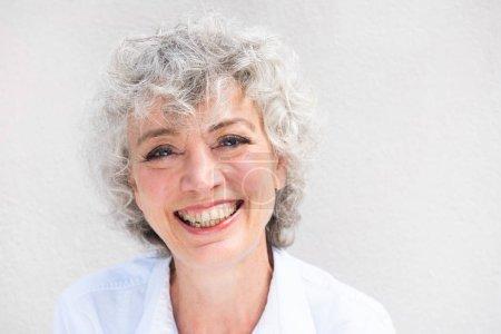 Photo pour Portrait horizontal en gros plan d'une femme âgée souriante sur fond blanc - image libre de droit