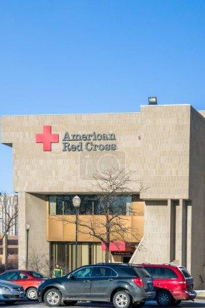 Photo pour St. Paul, Mn-Usa - 14 janvier 2017: Croix-Rouge américaine signe extérieur et logo. La Croix-Rouge américaine est une organisation humanitaire qui fournit des secours et l'éducation aux États-Unis. - image libre de droit