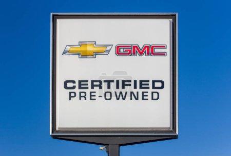 Photo pour Hudson, Wi/Usa - 5 février 2017: Chevrolet et Gmc d'occasion signe le concessionnaire automobile. Chevrolet et Gmc sont des divisions américaines automobiles du constructeur américain General Motors. - image libre de droit