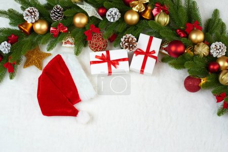 Photo pour Décoration de Noël sur sapin arbre branche closeup, cadeaux, Noël boule, cône et autre objet sur la fourrure de l'espace blanc, concept de vacances, place pour texte - image libre de droit
