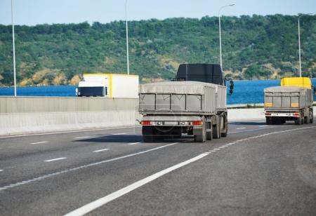 Photo pour Camions avec chargement sur autoroute, d'expédition et transport concept - image libre de droit