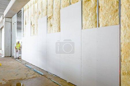 Frontansicht der Gipswand, Gipskartonplatten sind im Bau