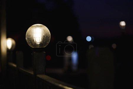 Photo pour Feu de rue à fond flou. Feu rétro rapproché de nuit - image libre de droit