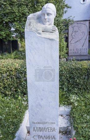 Photo pour Moscou, Russie - 10 septembre 2016 : Cimetière Novodevichy. Tombe Nadejda Allilueva- Stalina (monument de I.V.Stalin ) - image libre de droit