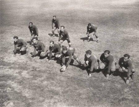 Photo pour Vue en angle élevé de l'équipe jouant au football américain - image libre de droit