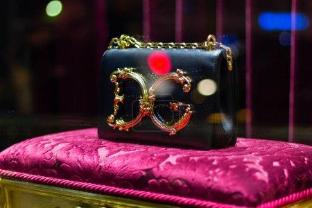 Photo pour Dolce sac gabbana vitrine. célèbre boutique. Bokeh en arrière-plan. luxe mode - image libre de droit