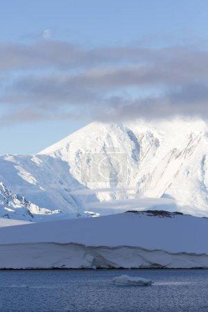 Photo pour Glaciers et icebergs de l'hémisphère Sud. Changement climatique mondial sur Terre. Importance de la préservation de l'équilibre écologique sur la planète - image libre de droit