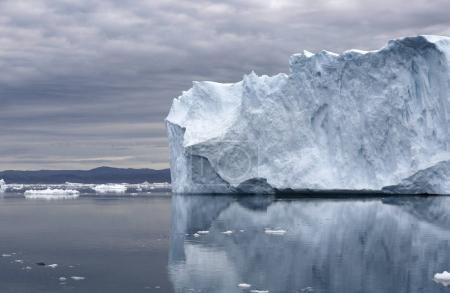 Photo pour Les régions polaires de la Terre. Icebergs de différentes formes et tailles. Changements climatiques et croissance de la température annuelle moyenne sur la planète. Réduction de la superficie des glaces polaires et dégel catastrophique . - image libre de droit