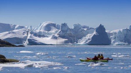 Photo pour Nature et paysages du Groenland. Voyage à bord du navire scientifique parmi les glaces. Étude d'un phénomène de réchauffement climatique. Glaces et des icebergs de couleurs et de formes inhabituelles. - image libre de droit
