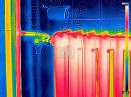 Photo pour Image thermique infrarouge du radiateur dans la maison - image libre de droit