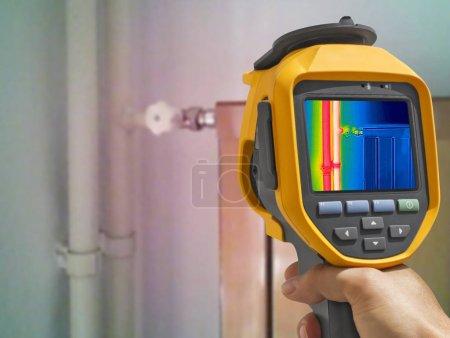 Photo pour Enregistrement radiateur fermé avec caméra thermique infrarouge - image libre de droit