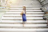 """Постер, картина, фотообои """"Азиатская туристка путешествует и осматривает Ват-Арун"""""""