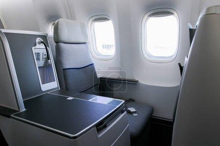 Photo pour Sièges vides et fenêtre à l'intérieur d'un avion - image libre de droit