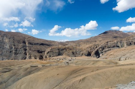 Établissements humains dans les zones de haute altitude des collines de l'Himalaya et de la vallée des montagnes haute altitude région climat froid extrême. Terrains accidentés, géologie fragile et bassins hydrographiques dans les zones altitudinales .