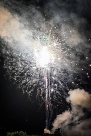 Photo pour L'explosion plus brillants d'une grande finale lors d'un spectacle de feux d'artifice. - image libre de droit