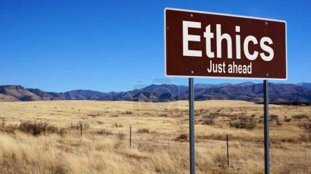 Photo pour Panneau de signalisation d'éthique avec ciel bleu et la nature sauvage - image libre de droit