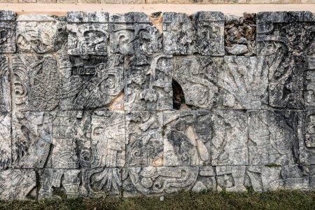 Photo pour Ancienne murale maya à la Grande Cour de bal de Chichen Itza représentant un joueur tenant un couteau et une tête coupée dans un autre. En face de lui un corps sans tête avec les serpents coulant hors du cou . - image libre de droit
