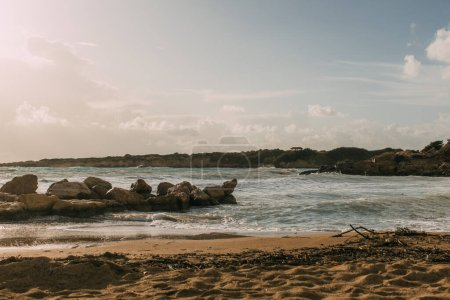 Photo pour Rochers près de la mer Méditerranée sur une plage de sable fin à Cyprus - image libre de droit