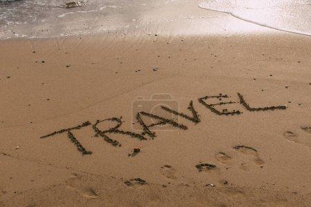 Photo pour Plage avec lettrage voyage sur sable près de la mer - image libre de droit
