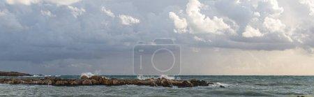 Photo pour Coup panoramique de la mer Méditerranée contre le ciel avec des nuages - image libre de droit