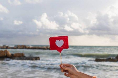 Photo pour Femme tenant comme sur bâton près de la mer Méditerranée - image libre de droit
