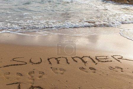 Photo pour Plage avec lettrage d'été sur le sable près de la mer - image libre de droit