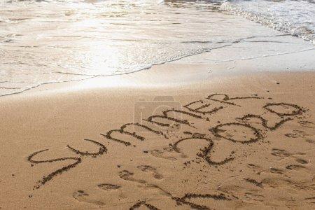 Photo pour Plage avec lettrage été 2020 sur sable près de la mer - image libre de droit