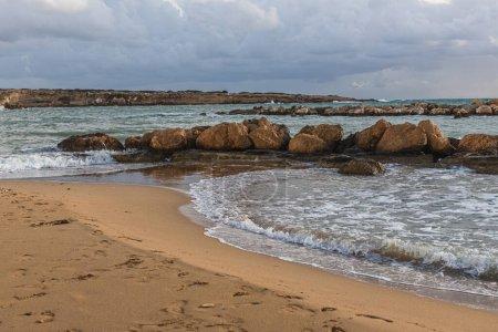 Photo pour Pierres près de la mer Méditerranée contre le ciel avec des nuages - image libre de droit
