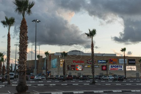 Photo pour LIMASSOL, CHYPRE - 31 MARS 2020 : my mall limassol shopping centre near palm trees - image libre de droit