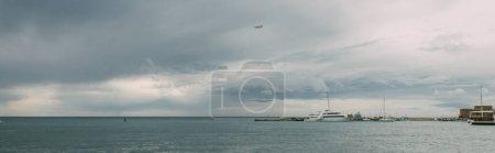 Photo pour Prise de vue panoramique des navires en mer Méditerranée contre le ciel avec des nuages - image libre de droit