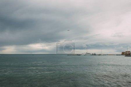Photo pour Navires dans la mer Méditerranée contre ciel avec des nuages - image libre de droit