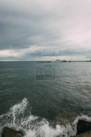 Photo pour Éclaboussure d'eau dans la mer Méditerranée contre le ciel avec des nuages - image libre de droit