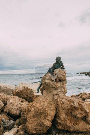 Photo pour PAPHOS, CHYPRE - 31 MARS 2020 : statue en bronze de Sol Alter près de la mer Méditerranée - image libre de droit