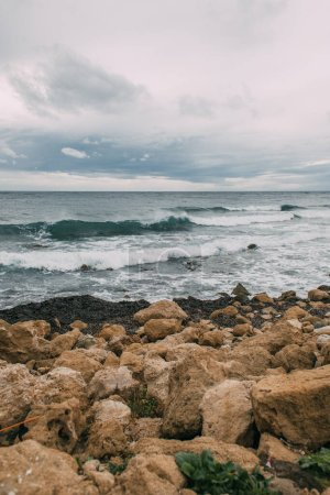 Photo pour Littoral avec des pierres près de la mer Méditerranée contre le ciel - image libre de droit