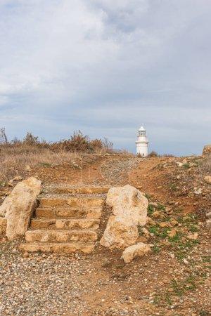 Photo pour Escaliers anciens près du vieux phare à Cyprus - image libre de droit